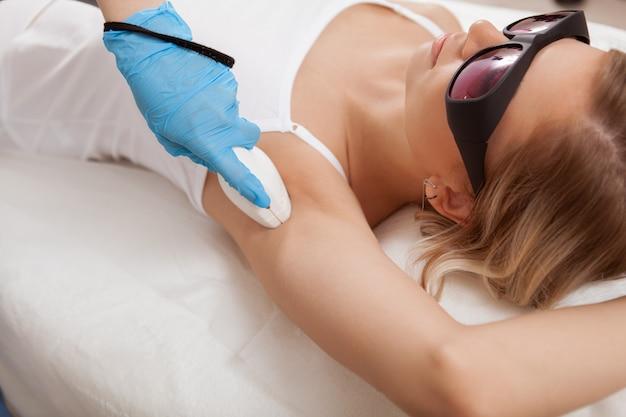 Mulher linda, recebendo depilação a laser