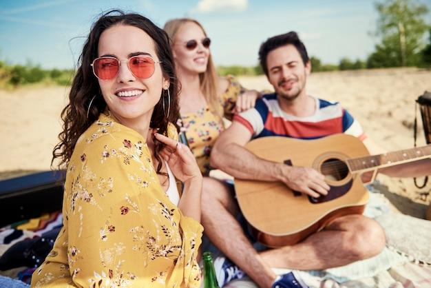 Mulher linda relaxando ao ar livre com as melhores amigas