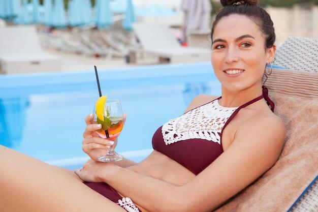 Mulher linda relaxante na piscina