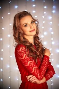 Mulher linda sorridente de vestido vermelho