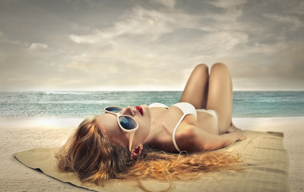 Mulher linda tomando banho de sol