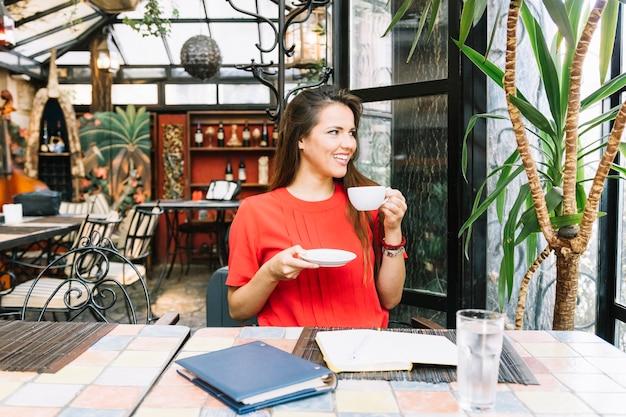 Mulher linda tomando café no café