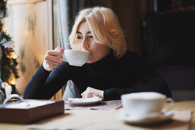 Mulher linda tomando café