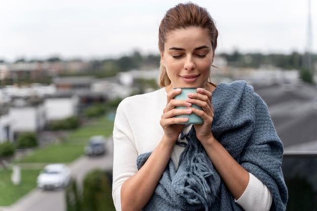 Mulher linda tomando uma xícara de café