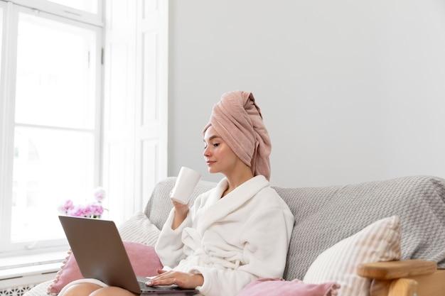 Mulher linda trabalhando depois de tomar banho