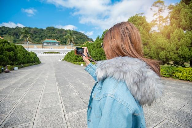 Mulher linda turista está fotografando em um lugar famoso taipei, taiwan