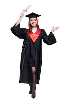 Mulher lindo com seu certificado de diploma posando em branco. educação .