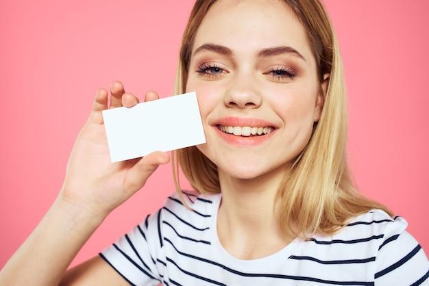 Mulher listrada cartão de visita nas mãos emoções rosa espaço cópia espaço