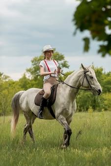 Mulher, livrar, cavalo, campo
