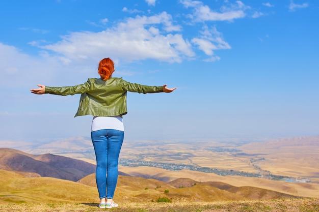 Mulher livre da beleza ao ar livre apreciando montanhas da natureza