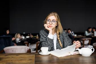 Mulher, livro, café