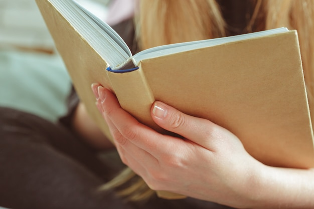 Mulher, livro leitura, em, sala