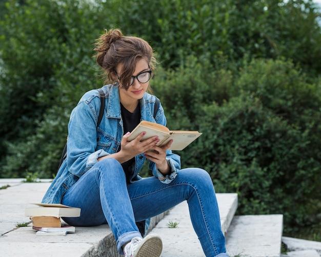 Mulher, livro leitura, ligado, escadas parque