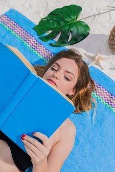Mulher, livro leitura, ligado, praia