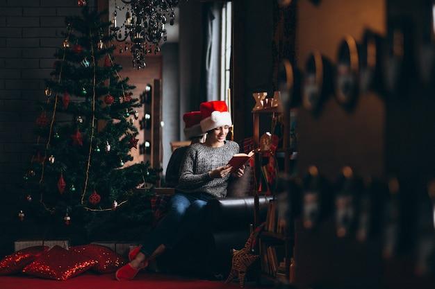 Mulher, livro leitura, por, árvore natal