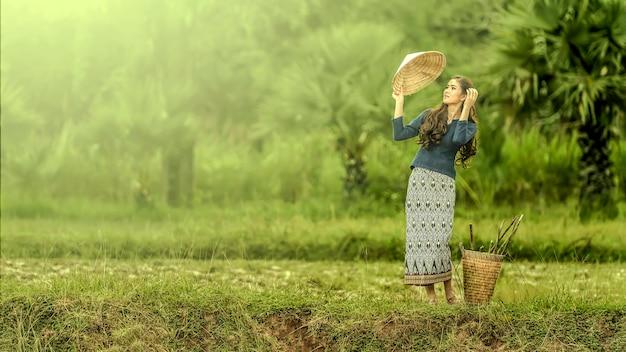 Mulher local tailandesa trabalhando, sakonnakhon, tailândia