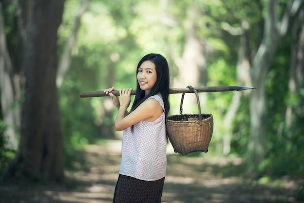 Mulher local tailandesa trabalhando, tailândia