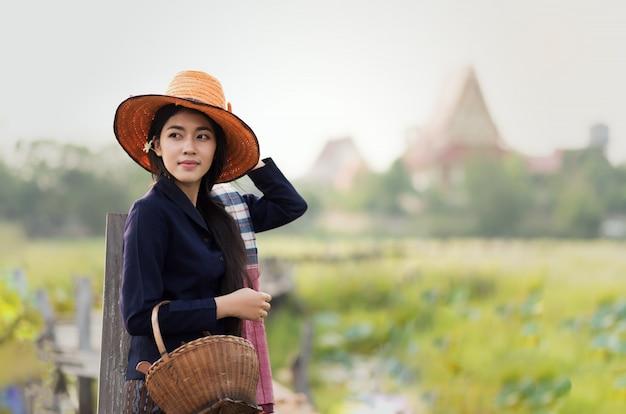 Mulher local tailandesa trabalhando