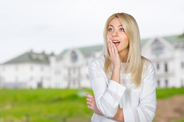 Mulher loira agindo surpreso e confuso