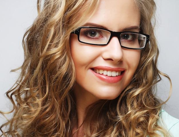 Mulher loira amigável com óculos