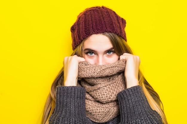 Mulher loira atraente com suéter quente está com gripe e tente se aquecer