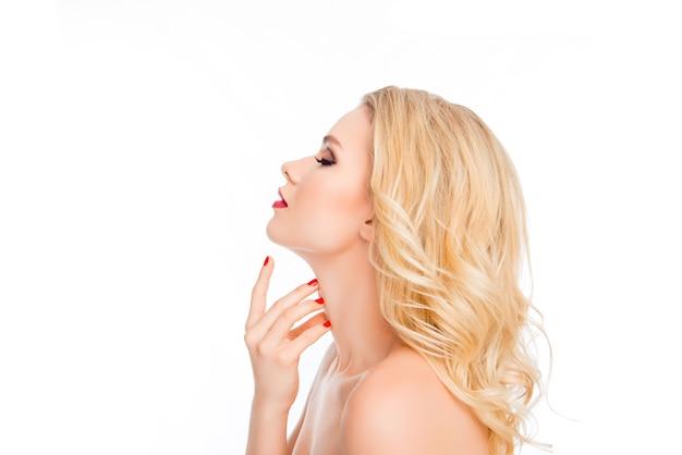 Mulher loira atraente e sensual tocando o pescoço no espaço em branco