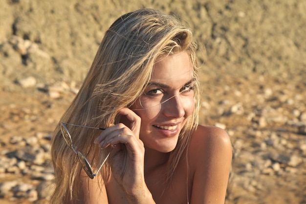Mulher loira atraente na praia
