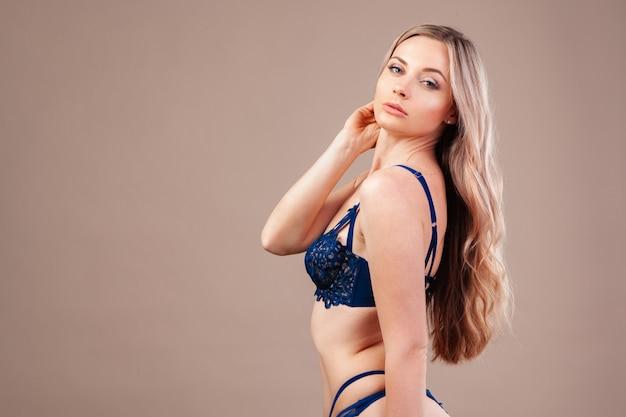 Mulher loira atraente posando de lingerie na moda