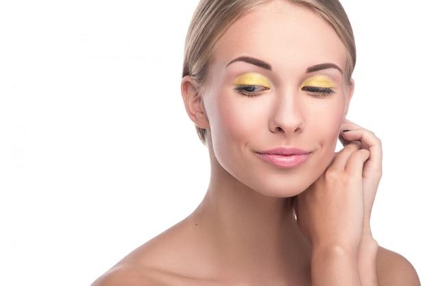 Mulher loira bonita com maquiagem brilhante