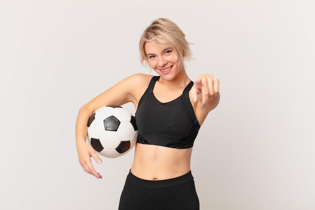 Mulher loira bonita com uma bola de futebol