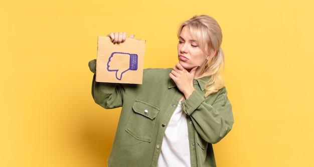 Mulher loira bonita com uma mídia social como