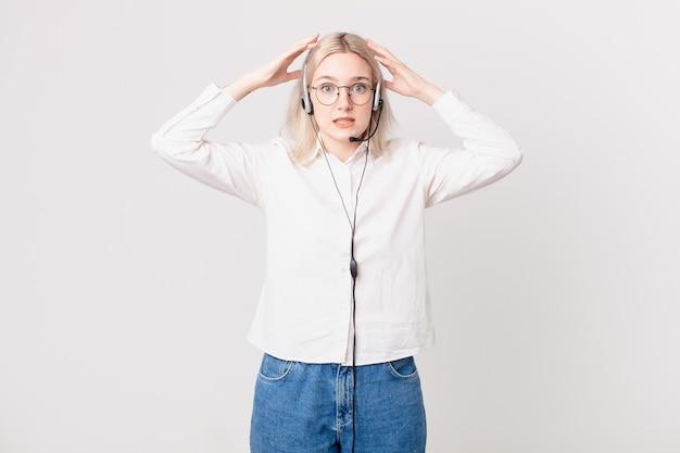 Mulher loira bonita se sentindo estressada, ansiosa ou com medo, com o conceito de telemarketing prático