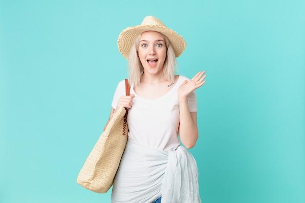 Mulher loira bonita se sentindo feliz e surpresa com algo inacreditável. conceito de verão