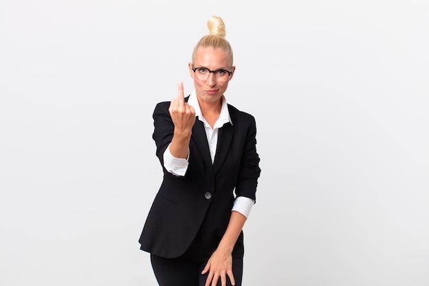 Mulher loira bonita se sentindo irritada, irritada, rebelde e agressiva. conceito de negócios