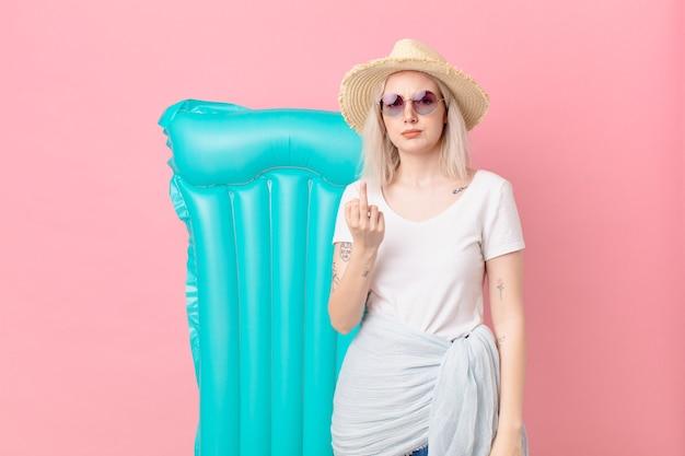 Mulher loira bonita se sentindo irritada, irritada, rebelde e agressiva. conceito de verão