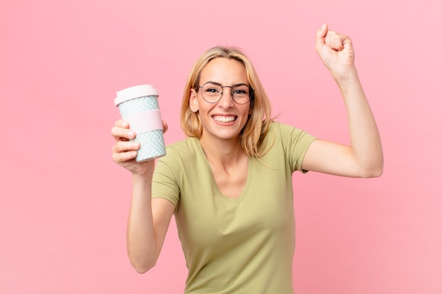 Mulher loira bonita tomando um café