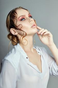 Mulher loira cabelo molhado brilhante retrato de maquiagem