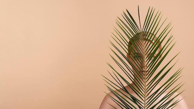 Mulher loira close-up com folhas e cópia-espaço
