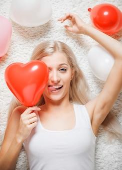 Mulher loira com balões