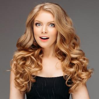 Mulher loira com cabelo bonito encaracolado sorrindo