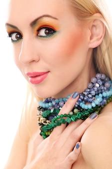 Mulher loira com colar mostrando seu olhar bonito colorido