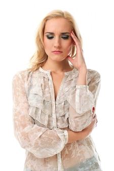 Mulher loira com expressão preocupada