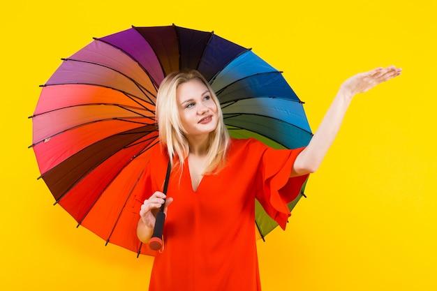 Mulher loira com guarda-chuva