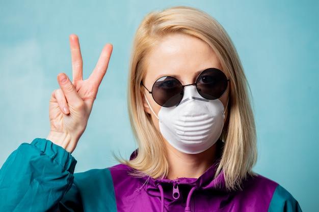 Mulher loira com máscara facial e roupas de estilo dos anos 90