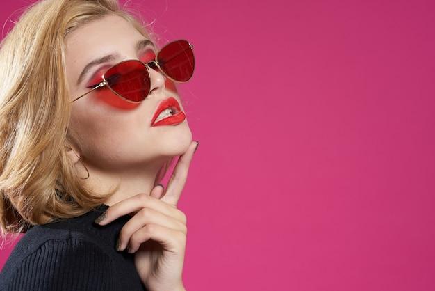 Mulher loira com óculos elegantes