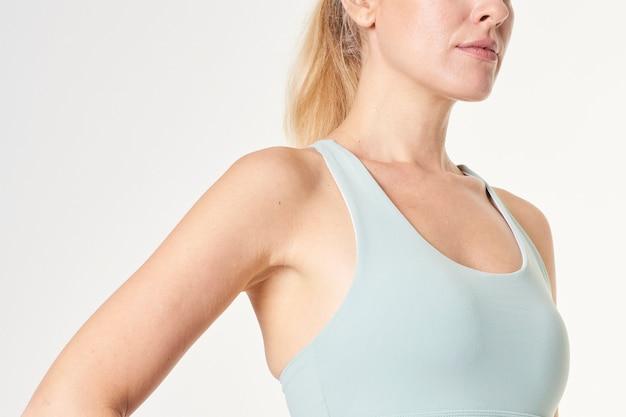 Mulher loira com sutiã esportivo