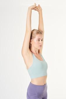Mulher loira com uma maquete de sutiã esportivo