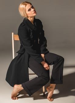 Mulher loira de beleza na cadeira