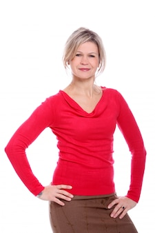 Mulher loira de blusa vermelha