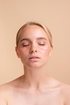 Mulher loira de close-up com os olhos fechados